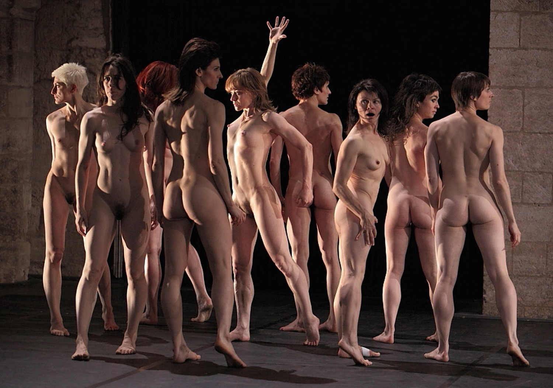 Танцы голышом на сцене театра 10 фотография